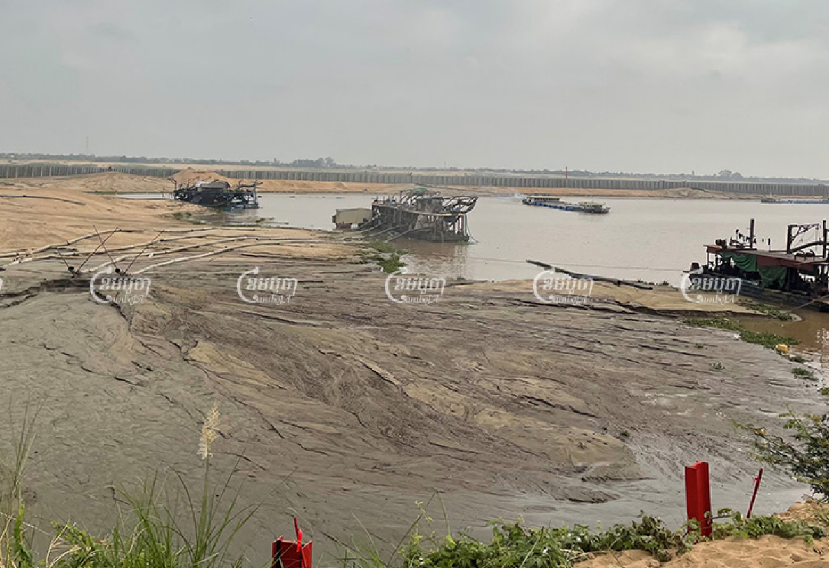 Dredging boats filled with sand from the upper Mekong have been dumping tons of sand at the Koh Norea site for landfill. Sorn Sarath